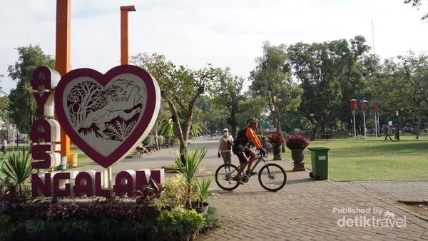 Malang, Bumi Arema ini memiliki banyak destinasi wisata dan kuliner lezat. Pengunjung kota ini biasanya juga mengunjungi Bromo dan Kota Batu.