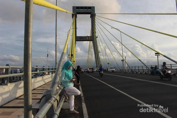 Manado, kota di Sulawesi Utara ini terkenal dengan Taman Bunaken namun sayang sekarang kondisinya kurang baik. Manado juga punya bangunan ikonik jembatan Soekarno, tempat biasanya ramai dikunjungi warga pada malam hari.