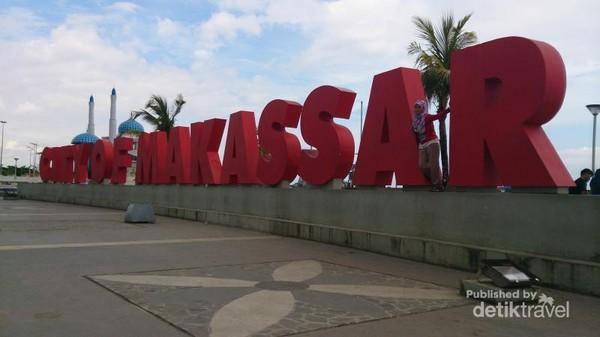 Makassar, kota yang terkenal dengan lagu Anging Mamiri ini kuga banyak dikunjungi wisatawan. Salah satu destinasi wajibnya adalah pantai Losari.