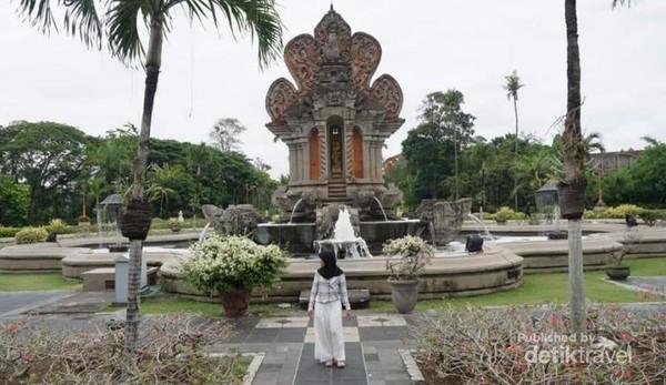 Denpasar, ibukota provinsi Bali ini selalu dipenuhi pengunjung asing. Tempat yang kaya akan budaya ini menjadi destinasi wajib tiap traveler.
