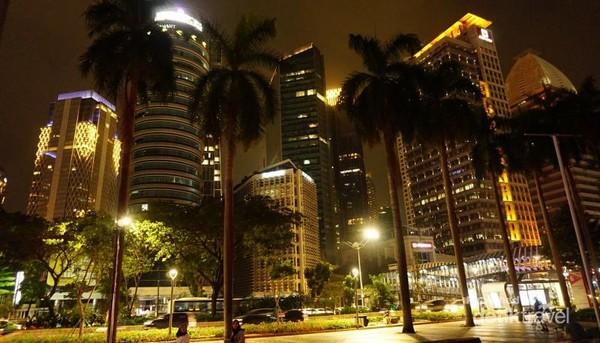 Jakarta, kota si Pitung yang tidak pernah tidur. Walaupun Jakarta lebih banyak terdapat gedung pencakar langit, tetapi selalu ada sisinya yamg menarik untuk diabadikan.