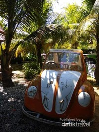 Mobil yang dapat disewa pengunjung untuk berkeliling taman bersama teman dan keluarga.