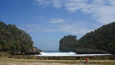 Kangen Malang? Nih Coba Lihat Cantiknya Pantai Batu Bengkung