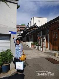 Berfoto sebagai kenangan di Bukchon Hanok Village.