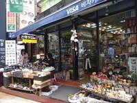 Sebuah kedai penjual cendera mata di kawasan Insadong