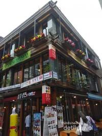 Meriahnya suasana pusat perbelanjaan di Insadong.