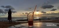 Menikmati sunset di Lavinia Mount Beach