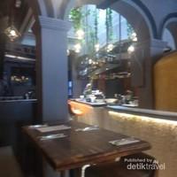 Dari tempat duduk di depan resto kita bisa menikmati banyak wisatawan yang lalu lalang di depan restorant.