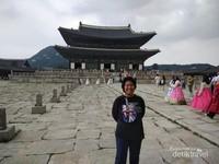Berfoto di halaman istana Geongbokgung.