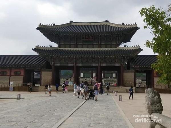 Pintu masuk istana Geongbokgung.