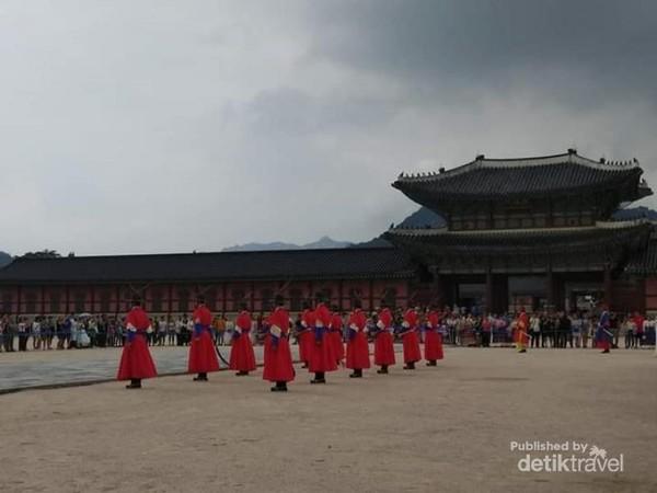 Prajurit istana sedang upacara pergantian penjagaan.