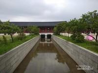 Sistem pengarian dalam istana, dengan kolam dan ikan ikan cantik di dalamnya.