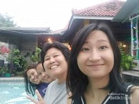 Berfoto di tepi kolam renang.