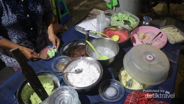 Terdapat beraneka pilihan rasa, seperti kelapa, coklat, alpukat, dan durian