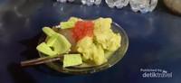 Untuk rasa durian, es akan ditambahkan daging durian yang cukup tebal