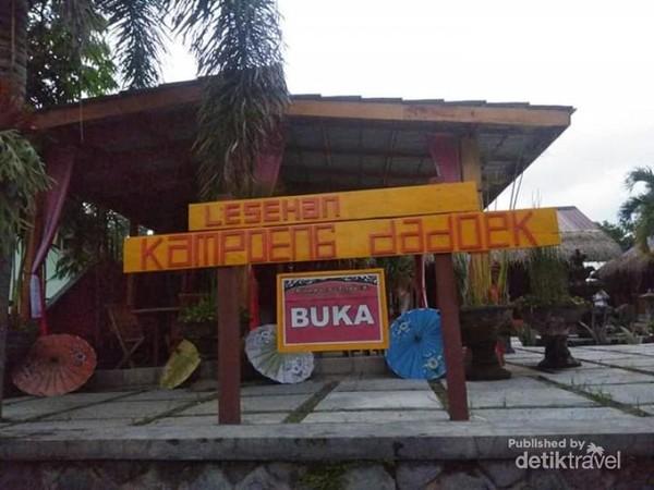 Papan nama sederhana Lesehan Kampung Dadoek.