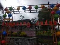 Topi tradisional yang ditata unik sebagai hiasan papan tanda tempat Kampoeng Dadoek.
