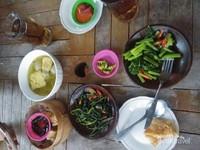 Menikmati hidangan dan sayuran ala desa yang segar dan nikmat.