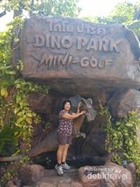Berfoto di kawasan masuk Dino park.