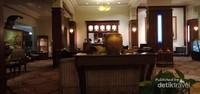 Sebuah gici berwarna emas menjadi salah satu hiasan di salah satu meja di lobby.
