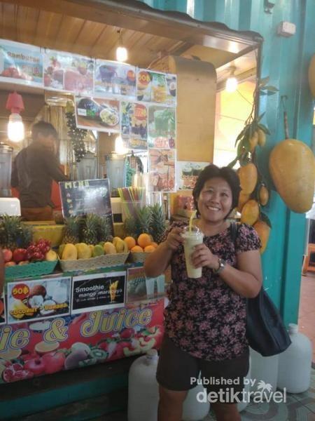 Minum dulu sebelu keliling Malin Plaza Market.