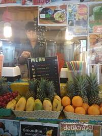 Tekun sekali penjual minuman meracik menu yang ditawarkan.
