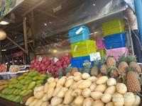 Buah-buahan segar yang ditawarkan di Malin Plaza Market.