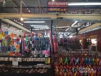 Sebuah kedai souvenir di Malin Plaza Market.
