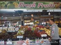 Aneka buah segar yang diatur rapi oleh pedagang pasar Malin Plaza.