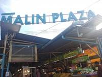 Papan tanda masuk kawasan Malin Plaza Market Phuket