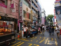 Lorong Myongdong Street yang mulai menggeliat menjelang siang.