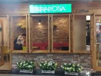 Salah satu kedai kopi di Myongdong baru memulai membuka bisnisnya.