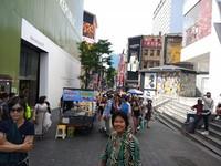 Berfoto di ujung jalan sebelum memasuki kawasan wisata Myongdong.
