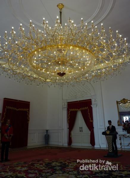 Memasuki istana, pengunjung akan disambut patung lilin presiden Joko Widodo yang sedang berpidato. Karpet diruangan ini dibuat semirip mungkin dengan karpet istana, mulai dari warna hingga detail motifnya.