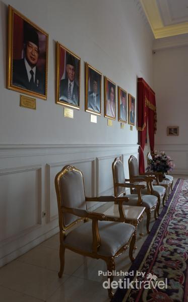 Di sisi lain berjajar foto presiden-presiden yang pernah memimpin Indonesia.