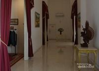 Lorong di istana menuju replika ruangan kerja para presiden.