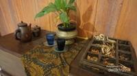 Beberapa sudut ruangan dihiasi benda-benda budaya daerah Indonesia, karena tempat ini merupakan perwakilan ikon Indonesia.