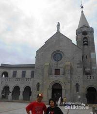 Berfoto di halaman Kapel Our Lady of Penha.
