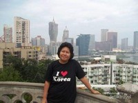Berfoto dengan pemandangan Macau dari halaman Kapel.
