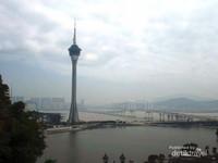 Pemandangan Macao Tower dari halaman Kapel.