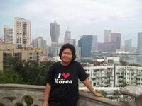 Berfoto dengan latar belakang bangunan-bangunan megah di Macau.