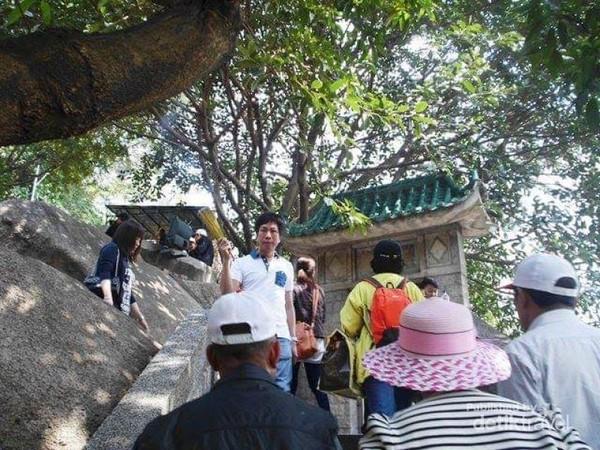 Lalu lalang pengunjung Kuil A Ma, baik peziarah atau wisatawan.