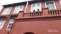 Berfoto bersama bendera Jalur Gemilang di red Building.