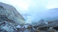 Salah satu gunung yang masih aktif di Pulau Jawa
