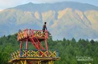 Salah satu spot foto yang disuguhkan pemandangan langsung menghadap ke gunung merbabu