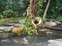 Air mancur dari gentong sederhana menyuguhkan sara aliran air gemericik.