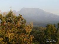 Pemandangan Gunung Wilis dari lantai 3 Selo Panggung Resort.