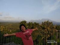 Berfoto dengan latar belakang Lereng Gunung Wilis.