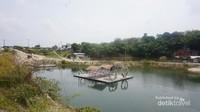 Rakit yang merupakan ciri khas danau.