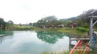 Warung-warung kecil di pinggir danau.